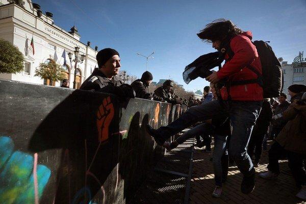 Protesty najmä študentov proti vláde pokračujú aj naďalej.