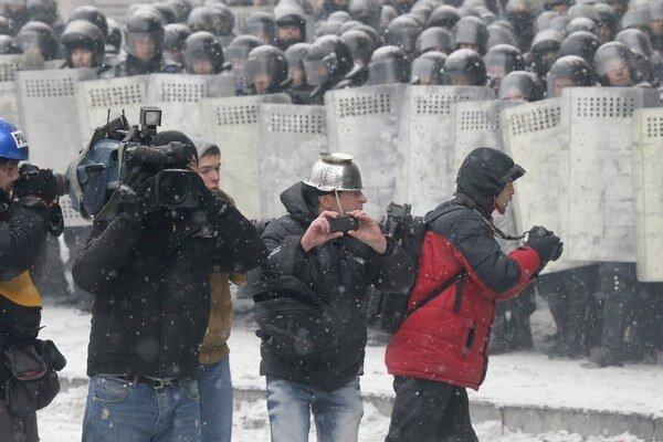Reportéri v uliciach.
