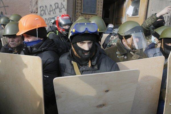 Umiernenejšia skupina protestujúcich blokuje vstup do budovy ministerstva poľnohospodárstva.