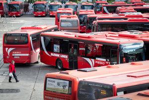 Červené autobusy Slovak Lines.