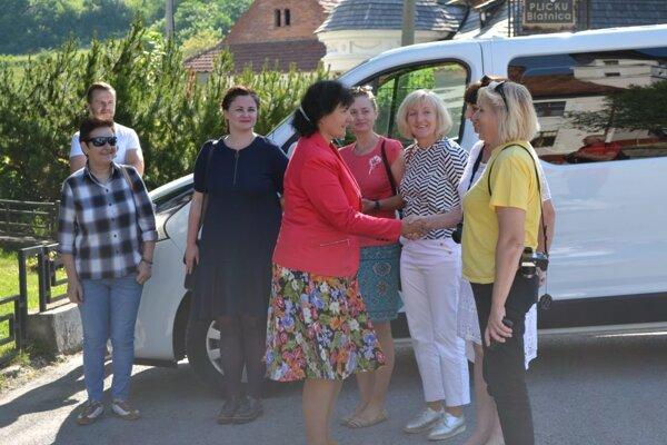 Starostka víta komisárov súťaže v Blatnici.