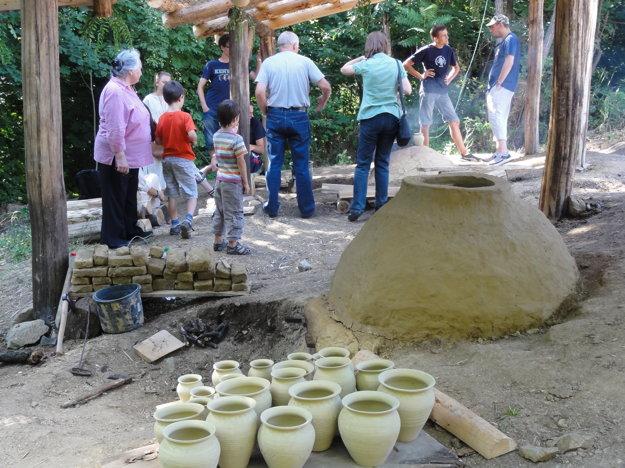 Vypaľovanie keramiky v archeoparku na Martinskom vrchu.
