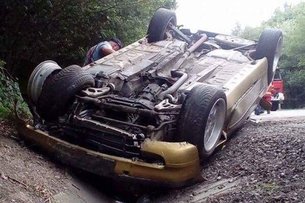 Prevrátené BMW. Vodička mala šťastie.