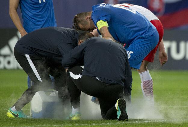 Na snímke Adam Zreľák (Slovensko) v opatere lekárov počas zápasu Poľsko - Slovensko na ME vo futbale do 21 rokov.