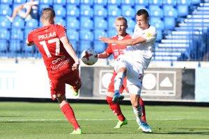 Na snímke vľavo hráč FK Senica Róbert Pillár a hráč FC Spartak Ivan Schranz.