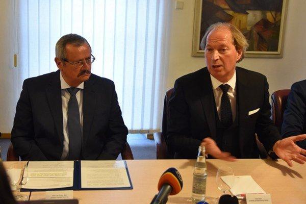 Podpis deklarácie v roku 2015. Primátor Spišskej Novej Vsi Ján Volný (vľavo) a predseda predstavenstva spoločnosti Helske Ltd. Libor Stybr.