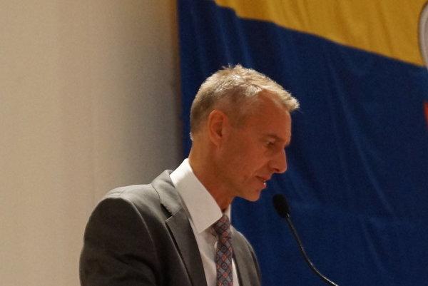 Primátor Richard Raši (Smer) tvrdí, že museli nájsť riešenie, aby nepadol mládežnícky futbal.