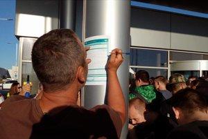 Podpisovanie účastníckych listín a tlačív do zdravotnej poisťovne počas štrajku vo Volkswagene.