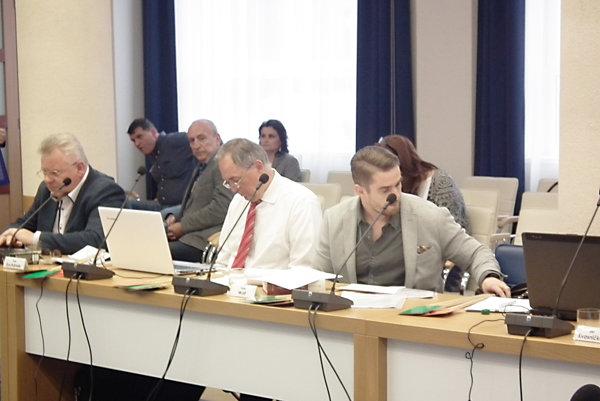 Návrh na personálne zmeny predložil Peter Wolf (prvý sprava).