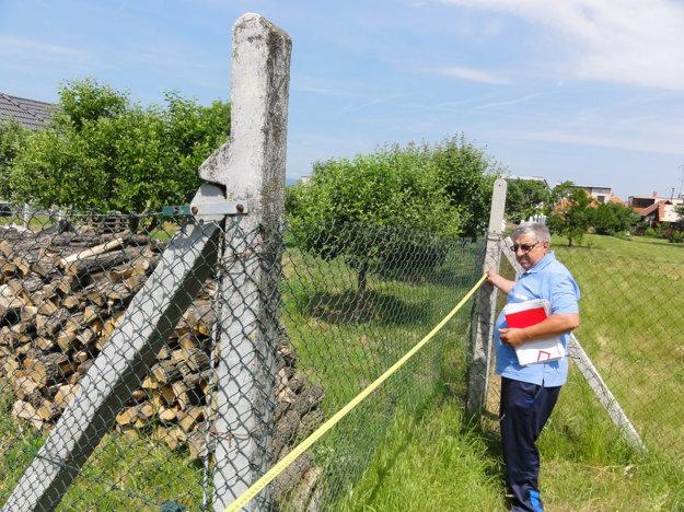 Stanislav Solár vymeriava pozemok, ktorý daroval obci a teraz ho chce späť.