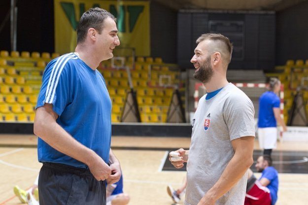 Dlhoroční spoluhráči. Sbrankárom Richardom Štochlom strávil Tomáš Urban vslovenskej reprezentácii deväť rokov.