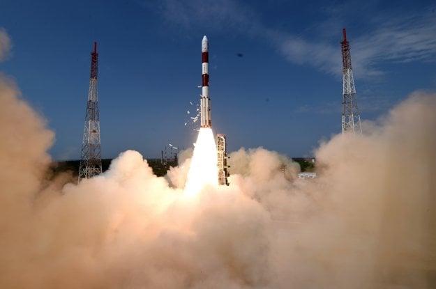 Štart rakety. Indické zariadenie vynieslo družicu do výšky vyše 500 kilometrov.