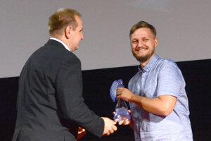 Producent Špiny Peter Badač. Prevzal ocenenie pre Dominiku Morávkovú.