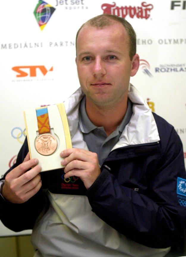 Na snímke je Jozef Gönci, ktorý na Hrách XXVIII. olympiády v Aténach vybojoval vo vzduchovej puške 60 výstrelov bronzovú medailu.