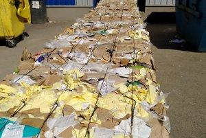 Stlačený a zviazaný papier pripravený na odvoz.