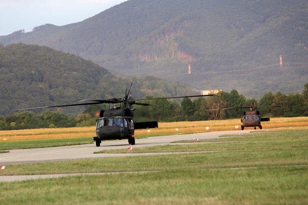 Vrtuľníky Black Hawk.