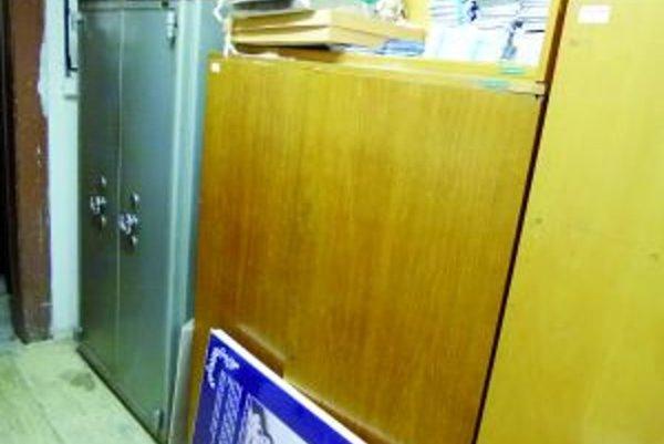 Trezor s národným pokladom sa nachádza v suteréne budovy Matice slovenskej v takejto plechovej skrini.