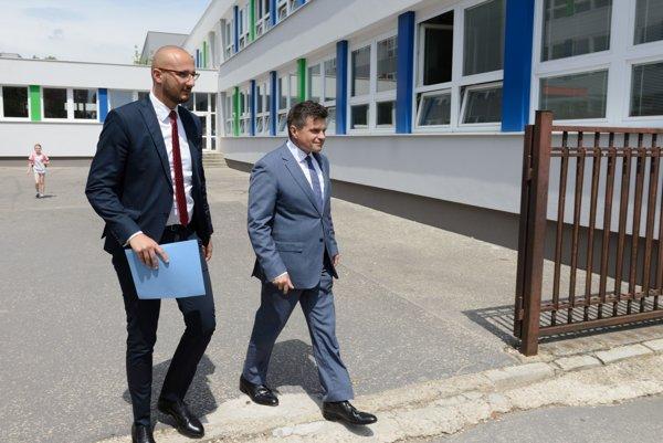 Minister Peter Plavčan (vpravo) dnes na ZŠ Beethovenova v Nitre predstavil usmernenie ministerstva upravujúce postup pri realizácii účelových cvičení.