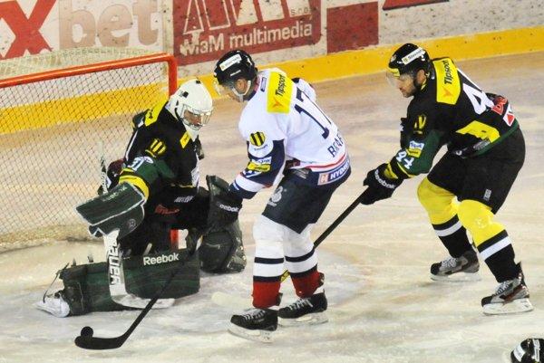 Hokejový obranca Tomáš Harant (vpravo) sa po pôsobení v Česku vracia na Slovensko.