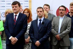 Pravicové strany podporujú Martina Klusa.