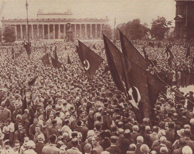 Demonštrácia komunistov v Berlíne v lete v roku 1932.