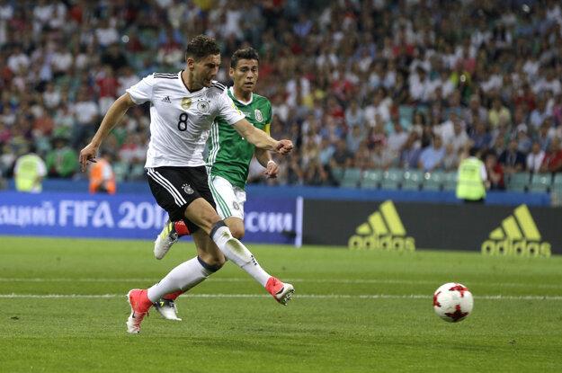 Leon Goretzka (vľavo) strieľa svoj druhý gól v zápase.
