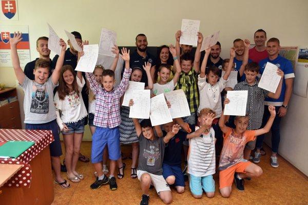 Na snímke žiaci ZŠ Považská so športovcami po odovzdaní vysvedčení.