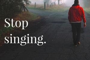 Prestaň si spievať.