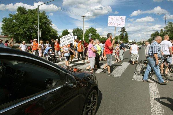 Cestu blokovala zhruba päťdesiatka protestujúcich, ďalších tridsať blokovalo cestu v meste.
