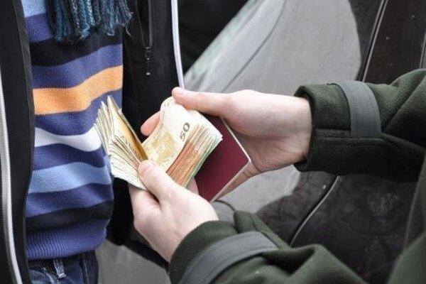 V Čadci chytili dvoch Poliakov s falošnými eurami.