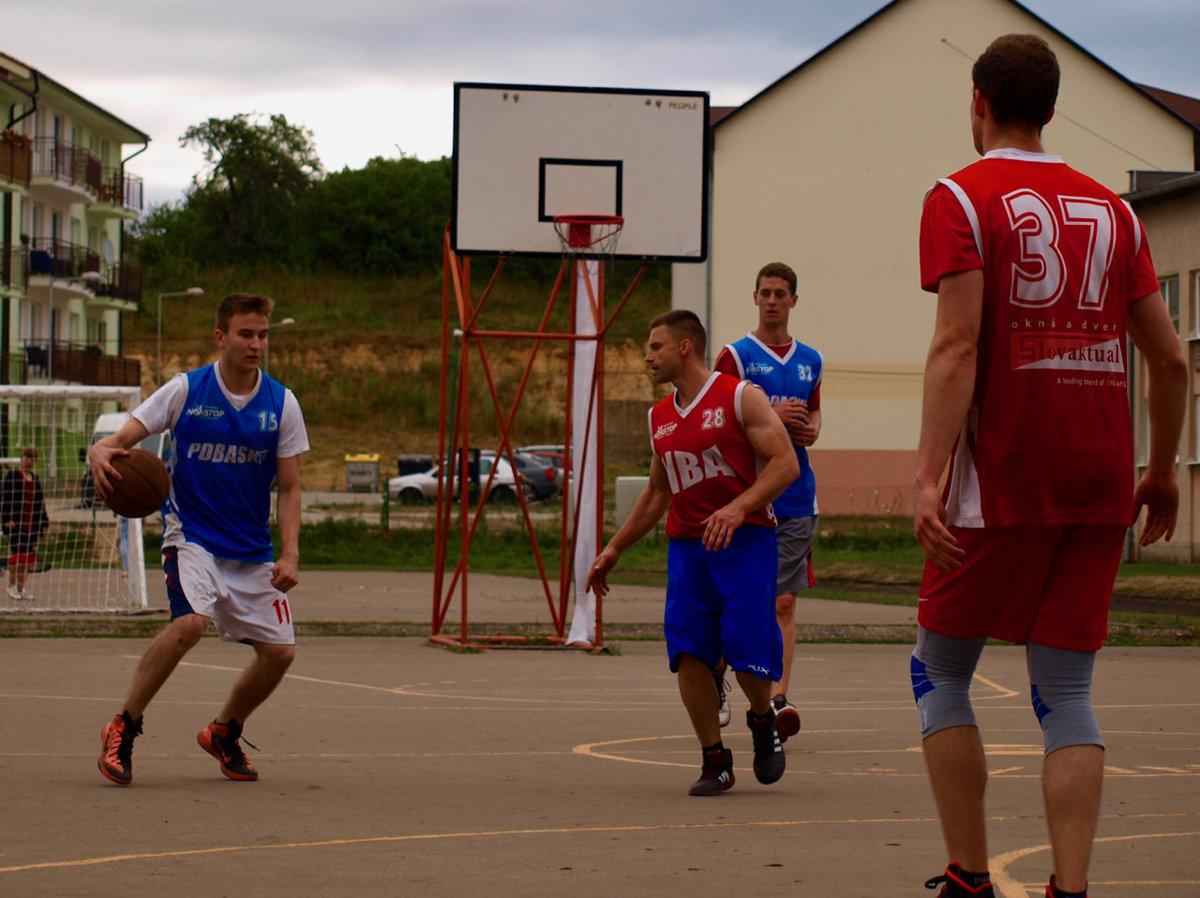 5bae61b3efd35 Hráči dostávali kŕče, no zvládli to. Basketbal hrali rovných 24 hodín  (+FOTO)