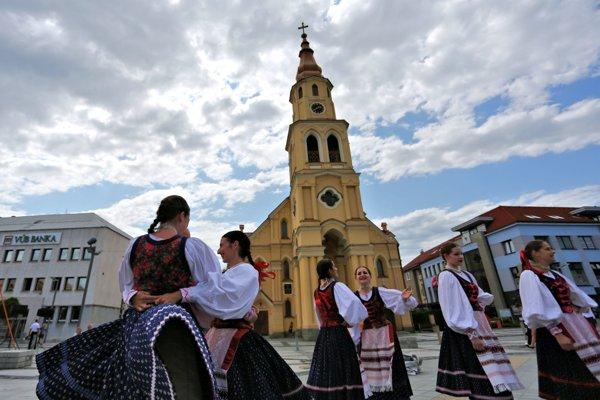 Festival je aj prehliadkou krásy, mladosti či rozmanitosti krojov.