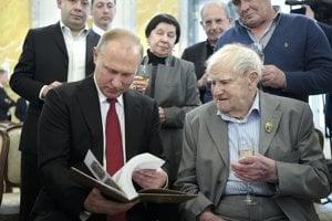 Vladimir Putin a Daniil Granin (vpravo).