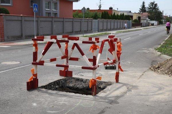 Rozkopaná novo zrekonštruovaná cesta