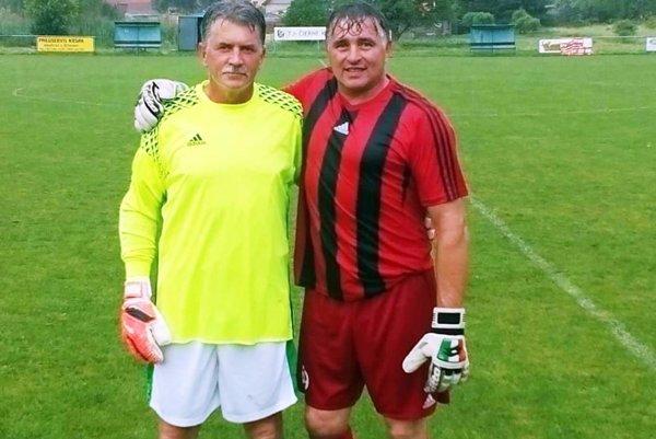 Dvojica veteránov v bráne Jedľových Kostolian - Štefan Páleník (vľavo) má 54 rokov, Roman Palovčík je o šesť rokov mladší.
