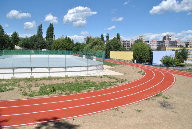 Areál ZŠ Novomeského. Čerstvo dokončené športovisko má verejnosti slúžiť aj počas prázdnin.
