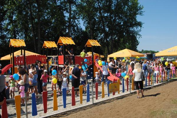 Na otvorenie ihriska prišli stovky detí