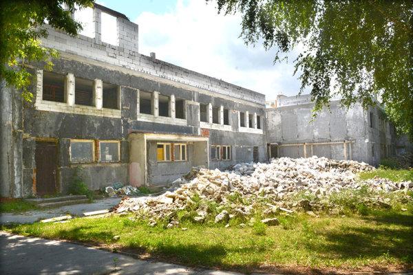 Aktuálny stav budovy. Prerábku budovy sprevádzajú viaceré problémy, v apríli sa napríklad zrútila jedna zo stien nadstavby.