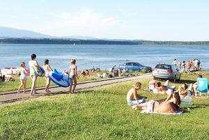 Oravská priehrada je počas horúcich letných dní ideálnym miestom na schladenie sa.