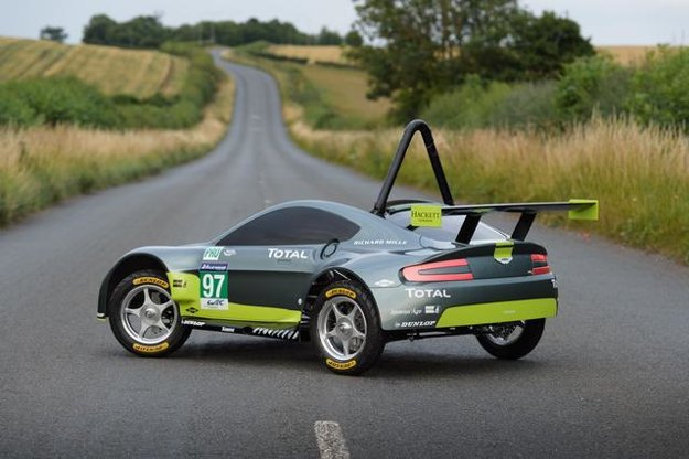 Malému Astonu nechýba ochranný rám, ani zadný spojler.