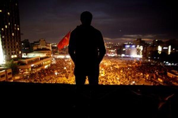 K tichému protestu sa pridali stovky ľudí.