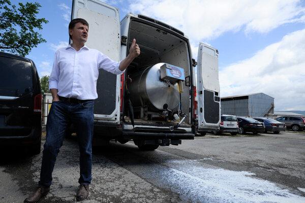 Predseda strany KDH Alojz Hlina vypúšťa 100 litrov ovčieho mlieka pred poľnohospodárskym družstvom na protest proti tomu, že ministerka pôdohospodárstva a rozvoja vidieka Gabriela Matečná uprednostnila PR akciu namiesto rokovania s chovateľmi oviec.