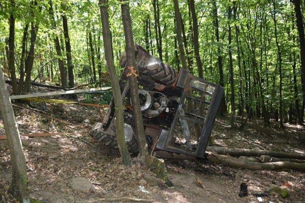 Traktorista ostal zakliesnený, s vážnymi zraneniami ho previezli do nemocnice v Banskej Bystrici.