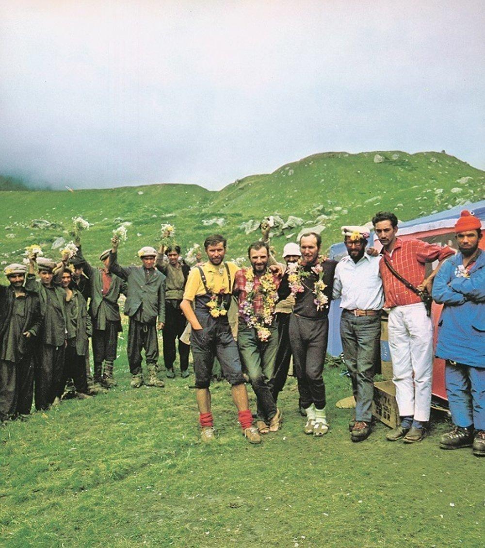 Ivan Fiala a Michal Orolin dosiahli v roku 1971 vrchol Nanga Parbat. Takto sa tešili po zostupe. Za nimi šéf výpravy Ivan Gálfy.