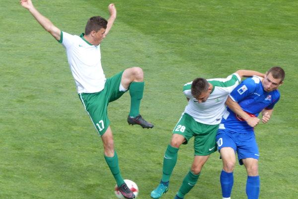 Zo zápasu MFK Skalica - Bielsko-Biala. Vľavo Ján Mizerák, v strede Oliver Podhorín zo Skalice, vpravo dvojgólový strelec Pawel Tomczyk z Bielsko-Biala.
