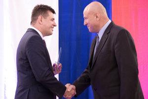 Milan Ďaďo (vpravo) pri preberaní ocenenia.