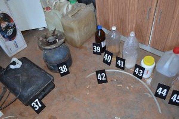 Policajti zaistili chemikálie aj zariadenie na výrobu drog.