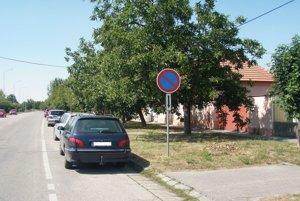 Zvislá dopravná značka – zákaz státia, na Slovenskej ulici.