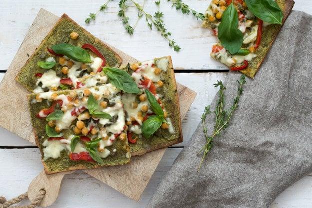 Jarná pizza - paradajkový pretlak vymeňte za bazalkové pesto.
