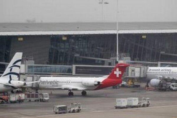Vozíky na batožinu prechádzajú okolo lietadla Helvetic Airways, z ktorého ukradli  pri lúpeži diamanty.